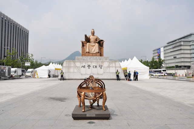King Sejong Statue (세종대왕 동상) at Gwanghwamun Square (광화문광장)
