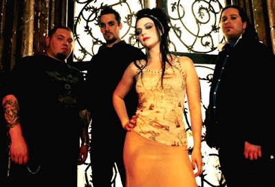 Foto de Evanescence posando cerca a una ventana