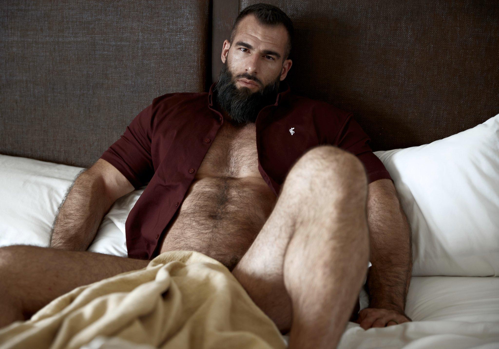padre desnudo en la cama