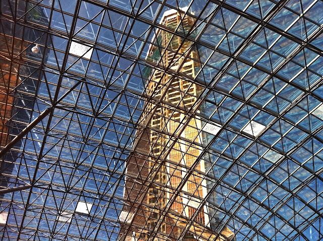 Меркурий-Сити-Тауэр сквозь крышу атриума Афимолла