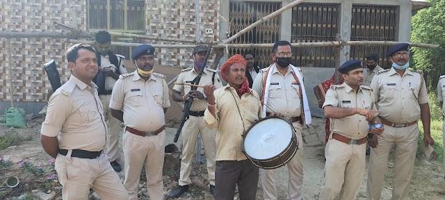 महमदपुर कांड के फरार आरोपितों के घर ढोल बजा कर चिपकाया गया इश्तेहार