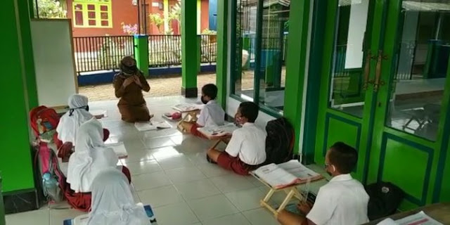 Belajar Daring Dinilai Tidak Efektif Untuk Siswa SD, Guru Ini Buka Kelas di Masjid