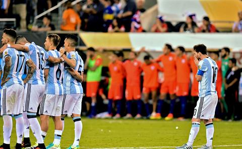 Lionel Messi đã phá hỏng  loạt sút luân lưu đầu tiên của Argentina trong trận chung kết Copa America Centenario 2018.