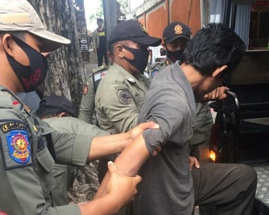 Satpol PP Kota Denpasar Tertibkan ODGJ Bawa Senjata Tajam