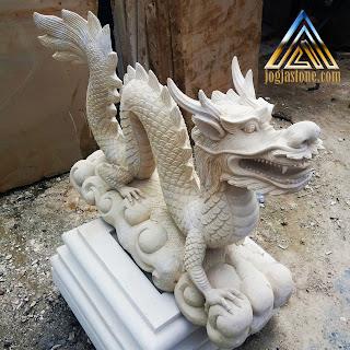 patung naga batu alam