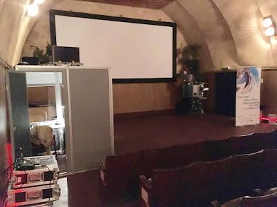 Kino in einem nissehüttenähnlichen Behelfsbau mit Dolmetscherkabine drin