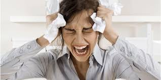 mulher insatisfeita saturada no trabalho
