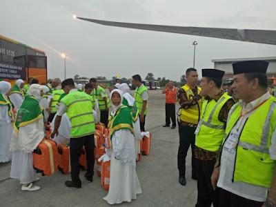 Kakankemenag Tanjungbalai Antar Jamaah Calon Haji Sampai keTake Off