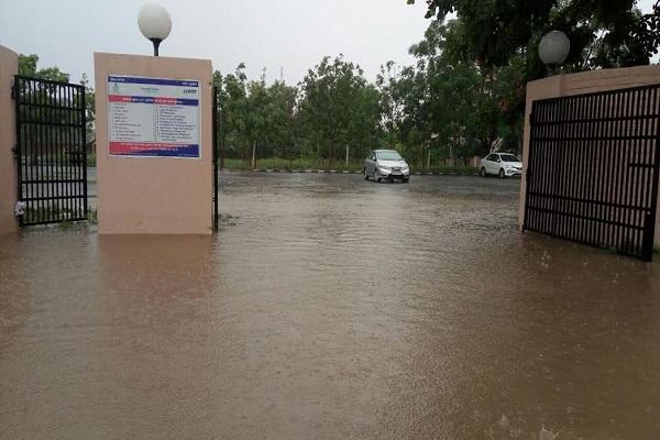 पहली बारिश में डूबने लगा खट्टर का कुरुक्षेत्र, धर्म नगरी की सड़कें बनीं तालाब