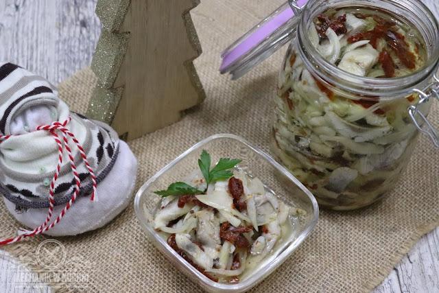 Śledzie z suszonymi pomidorami  Śledź, pomidory, święta, Boże Narodzenie, przystawka, przekąska, wigilijny stół, przepis, Mechanik w kuchni, z kaparami, z orzechami, i rodzynkami, smaker, Herrings with dried tomatoes Herring, tomatoes, holidays, Christmas, appetizer, snack, Christmas table recipe, Kitchen mechanic, with capers, with nuts, and raisins, Сельдь с вялеными помидорами Сельдь, помидоры, праздники, Рождество, закуска, закуски, Рождественский стол обеспечение Кухонный механик, с каперсами, с орехами, и изюм,