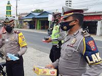 Sat Lantas Polres Sergai Bagikan Nasi Kotak, Minuman dan Masker kepada Pengguna Jalan