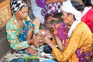 Pakaian adat baju lambung suku sasak biasanya dipakai saat upacara adat seperti