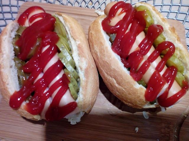 domowe hotdogi z warzywami mini hotdogi hotdogi z prazona cebulka hotdogi z parowka domowy fastfood