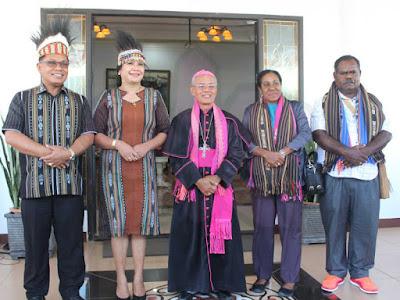 Penyambutan Elisa Kambu dan Uskup Aloysius Murwito di Tanimbar Meriah