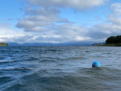 猪苗代湖の沖合に向かってカヤックツーリング