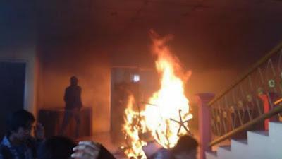Demo Tak Terkendali, Kantor DPRD Bone Dibakar