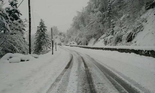 Οι πρώτες –ασθενείς- για το φετινό χειμώνα χιονοπτώσεις εκδηλώθηκαν στα ορεινά της Ηπείρου.