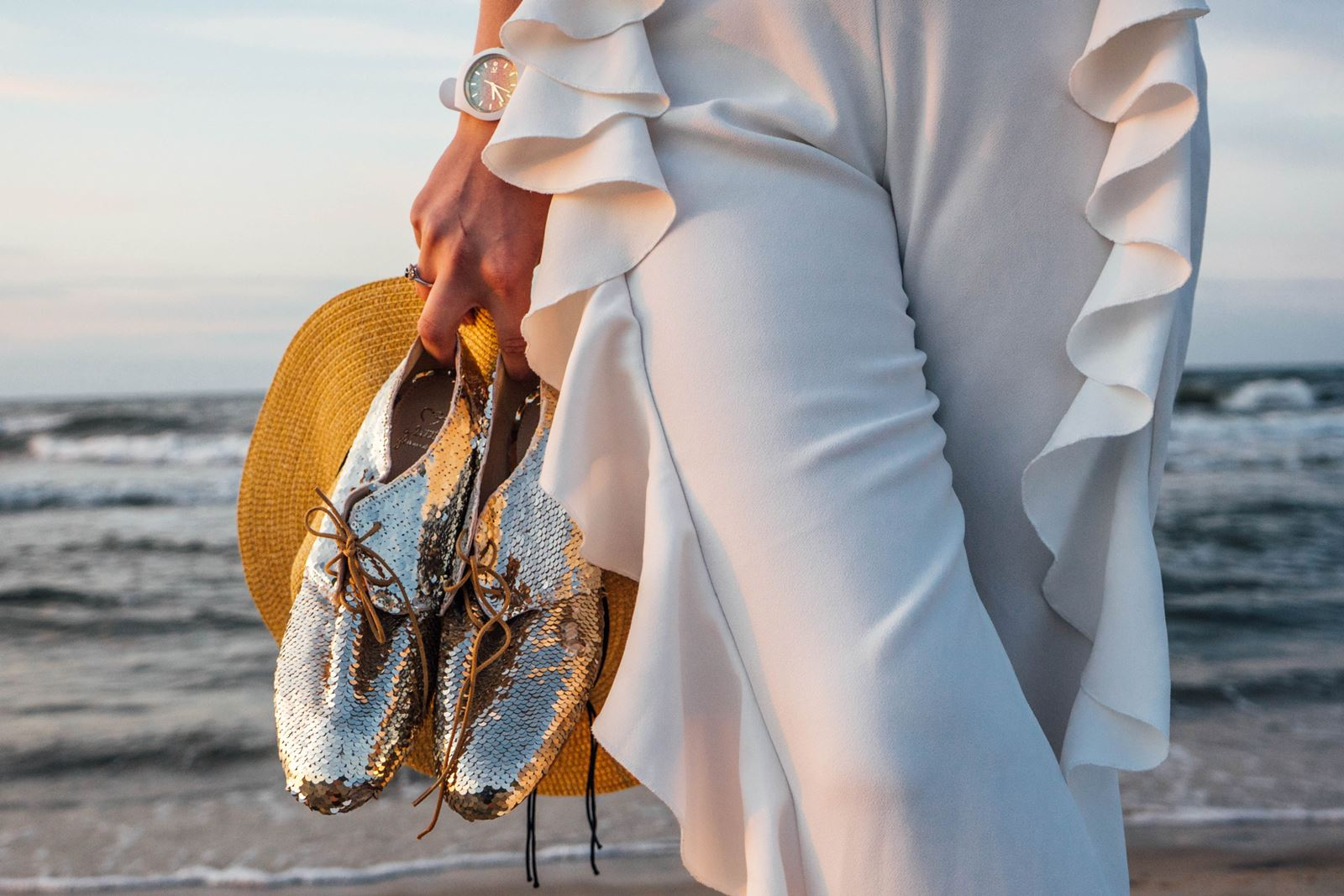 1 buty ślubne na płaskim obcasie, złote buty z cekinami, biała stylizacja all white, spodnie białe z falbanami, satynowy top z koronką, słomkowa torba na plażę, kapelusz plażowy blog łódź blogerka łódzka