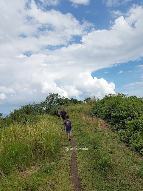 Bukit di sekitar Pantai Mahembang Minahasa | © jelajahsuwanto