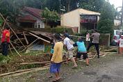 Rumah Warga Kutasari Tertimpa Pohon Duku, Polisi dan Warga Lakukan Evakuasi