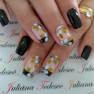 decoração de unhas com esmalte preto e flores