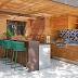 Espaço gourmet com cobertura de vidro e madeira ripada + varanda com lareira e jardim!