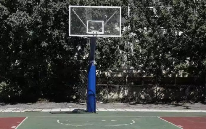 Έκοψαν 300 ευρώ πρόστιμο σε πιτσιρικάδες επειδή έπαιζαν μπάσκετ σε γηπεδάκι στα Τρίκαλα