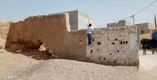 """أكادير: سور قرب آيل للسقوط قرب مؤسسة تعليمية يهدد سلامة التلاميذ +""""صور"""""""