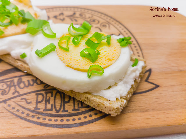 Бутерброды со сливочным сыром, яйцом и зеленым луком: рецепт
