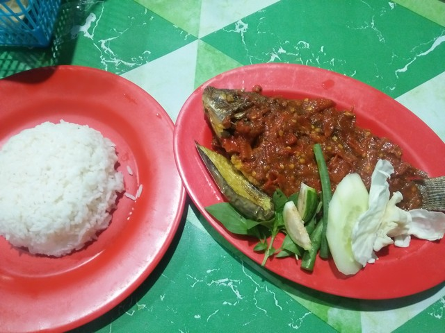 "Menu satu porsi mujaer nila goreng;Tempat Makan Enak di Jombang ""Warung Nggeneng"";Tempat Makan Enak dan Pilihan Kuliner Nikmat di Jombang;Menu Kuliner Warung Nggeneng;"