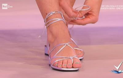 Martina Pascutti scarpe sandali primo piano piedi bellissimi detto Fatto