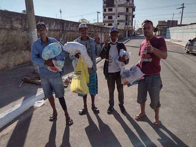 Equipe de voluntários do HRF vai às ruas levar doações de roupas de frio