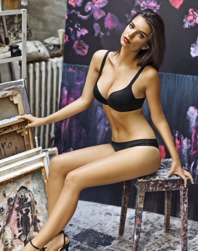 Emily Ratajkowski Hot Photoshoot Images