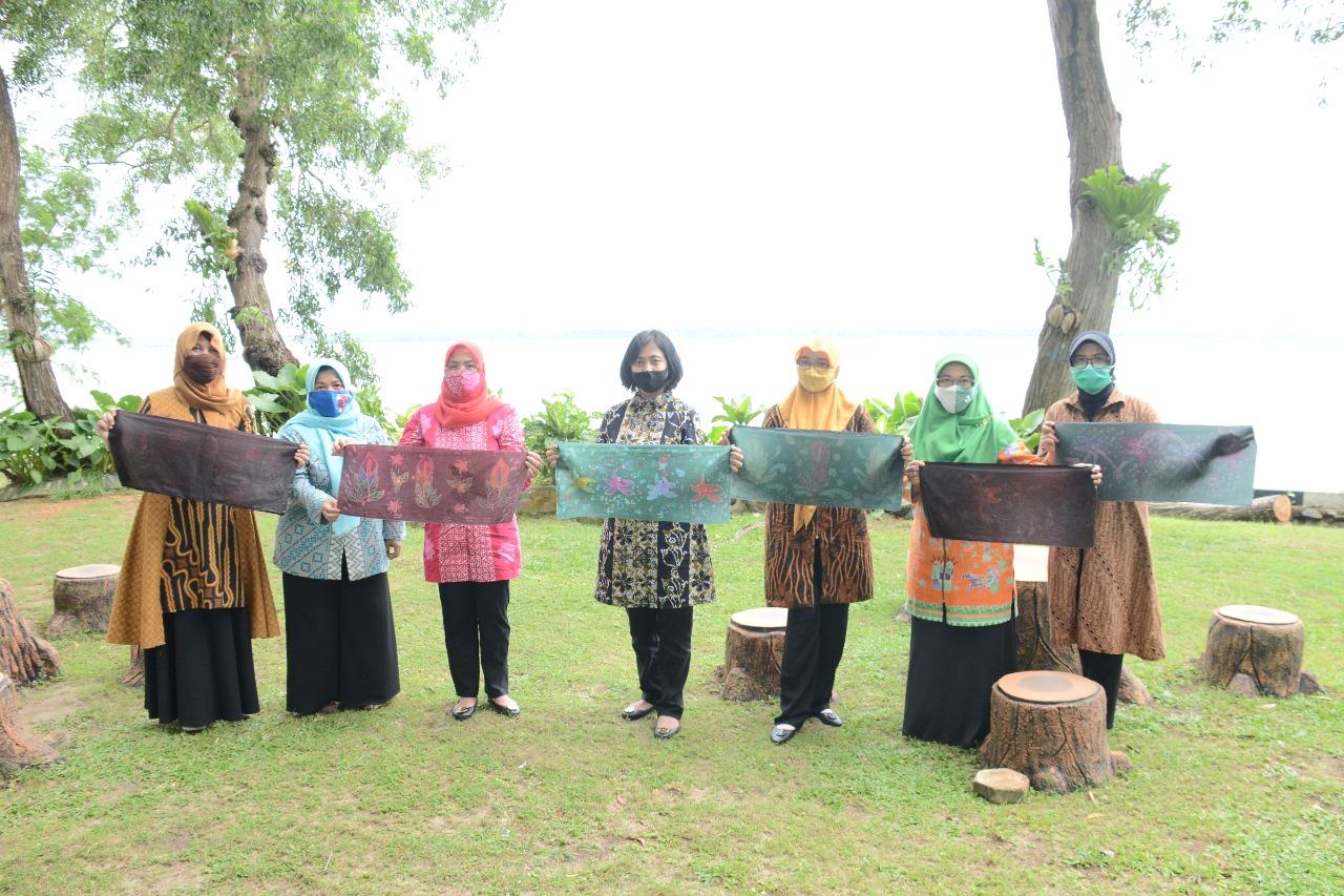 Jelang Lomba Batik Dharma Pertiwi, Pengurus Korcab IV DJA I Tekuni Latihan Membatik