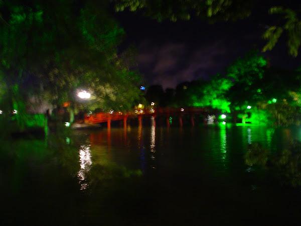 Puente del Lago de Hanoi de noche