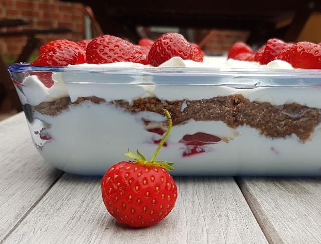 Rezept: Dänischer Erdbeer-Quark im Dannebrog-Design. Neben Erdbeeren und Quark ist Ymerdrys eine leckere Zutat für dieses Dessert.