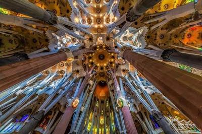 Tejado con colores de la iglesia Sagrada familia