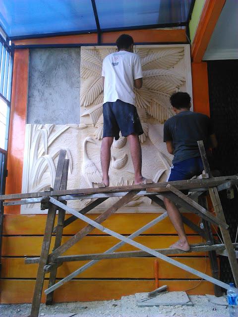Pemasangan relief batu alam