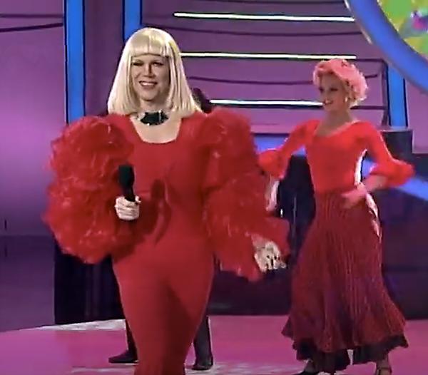 Santiago Segura femulated Raffaella Carrá on Argentine television's Tu cara me suena.