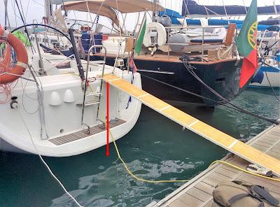 la passerella per salire e scendere dalla barca nel porto nautico di Ivissa