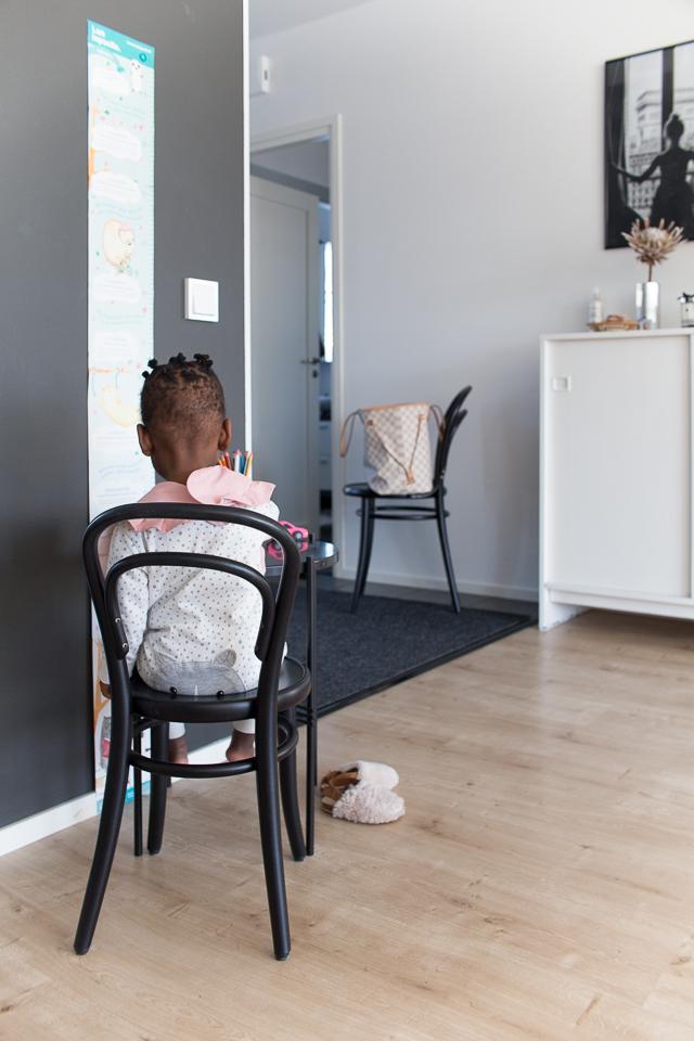 Villa H, lasten sisustus, Gubi TS pöytä, Ton tuoli, Petit 14 tuoli,