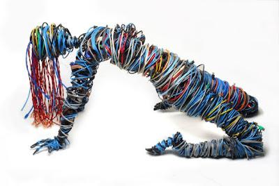 Cuerpo femenino hecho con cables