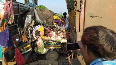 बड़ी खबर : पूरणखेड़ी टोल प्लाजा के पास फोरलेन पर दो ट्रकों की चपेट में आया ऑटो ,चार लोगों की मौके पर मौत