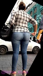 Señora sabrosa jeans lisos entallados cola redonda