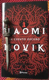 Portada del libro Un cuento oscuro, de Naomi Novik