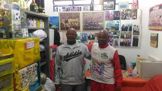 Ozias Mattos và Gilberto Lopes (trái) là hai huấn luyện viên đầu tiên và cũng là người có công lớn khi gây dựng sự nghiệp của Ederson