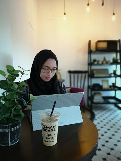 Salah satu sudut di Koffee Talk Semarang yang nyaman untuk disambi bekerja