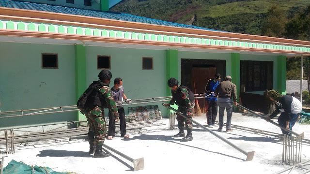 Jalin Silaturahmi, Satgas Yonif Raider 514/SY Bersihkan Masjid di Kota Mulia