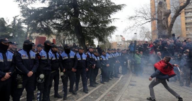 Ο Έντι Ράμα ρίχνει την Αλβανία στο χάος