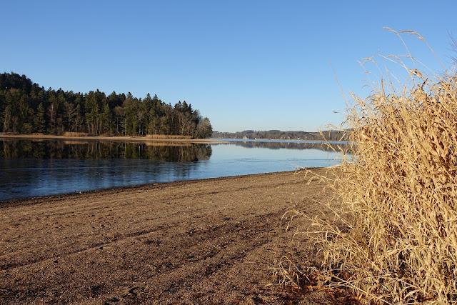 un lac l'hiver